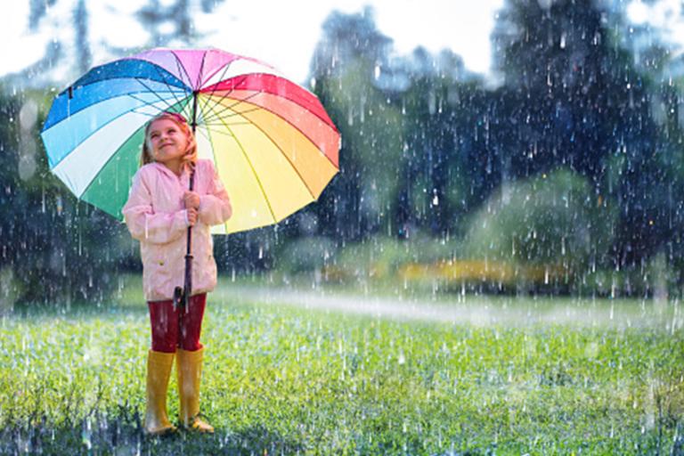 Het hele gezin beschermd tegen de regen